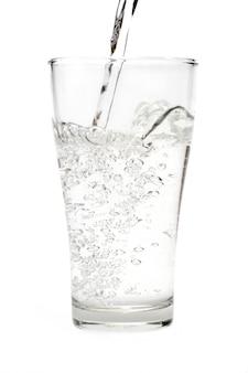 Woda w szkle odizolowywającym na białym tle