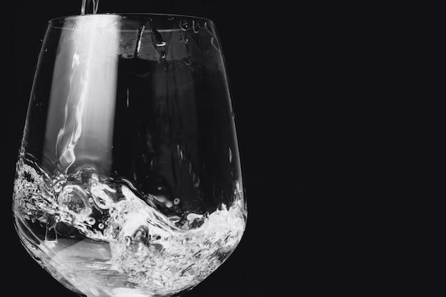 Woda w szkle odizolowywającym na czerni