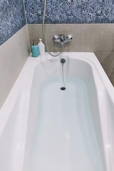 Woda w wannie