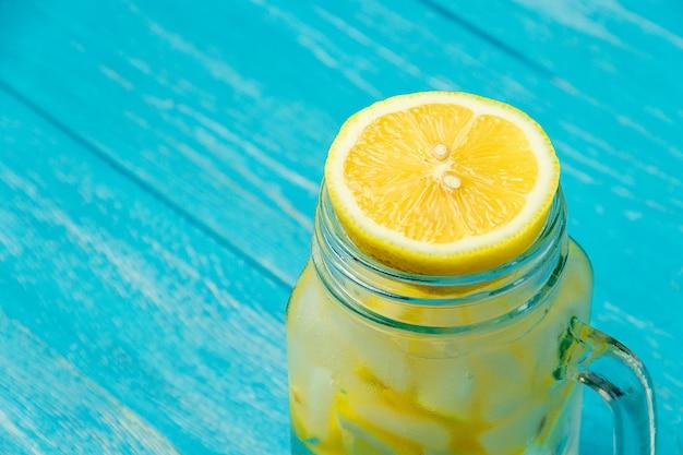 Woda z cytryną. lemoniada z plasterkami cytryny