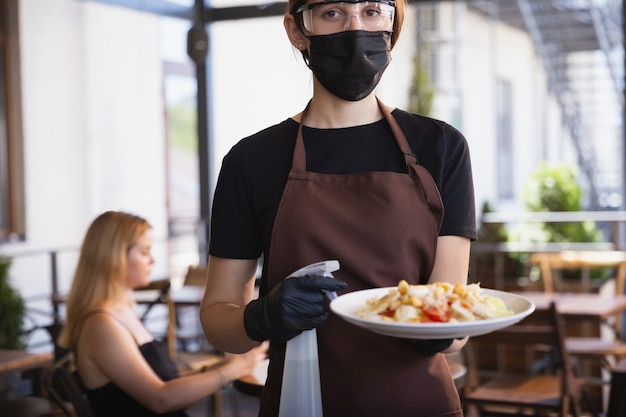 Woda z maską w restauracji, epidemia koronawirusa