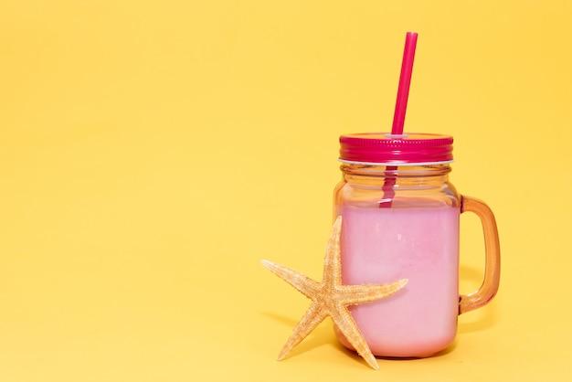 Woda z owocami detox. orzeźwiający lato domowej roboty koktajl, selekcyjna ostrość.