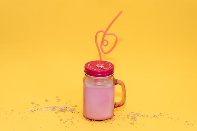 Woda z owocami detox. orzeźwiający letni koktajl domowej roboty