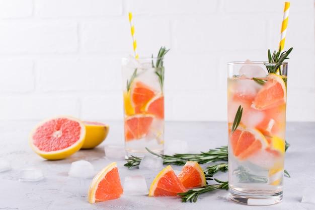Woda z owoców i ziół. zimno odświeżająca woda detoksykacyjna z witaminami. letni napój