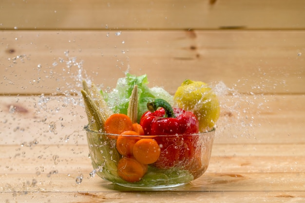 Woda zalewa świeże warzywa przed gotowaniem.