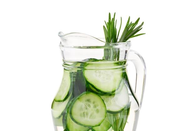 Woda zaparzona ogórkiem i rozmarynem.
