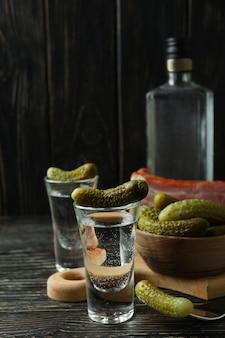 Wódka i smaczne przekąski na drewnianym stole