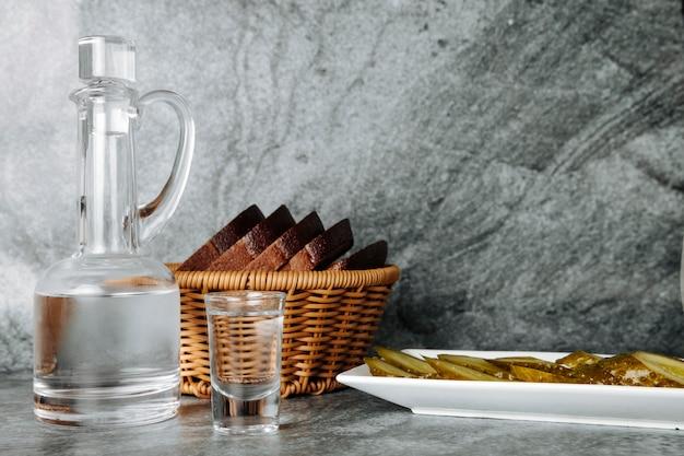 Wódka podawana z marynatami i chlebem