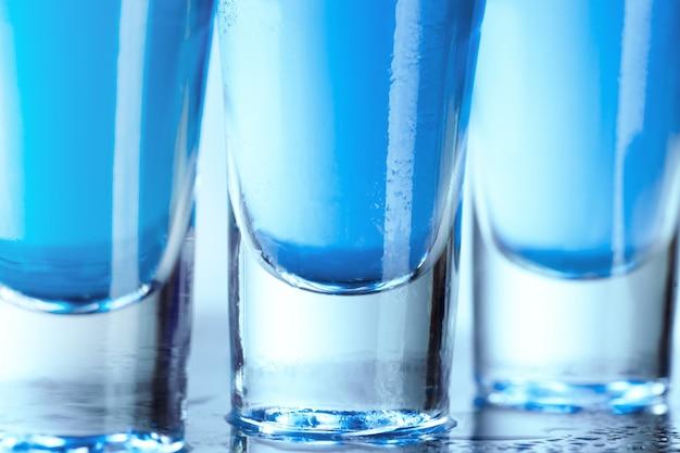 Wódka szklana z lodem na niebiesko
