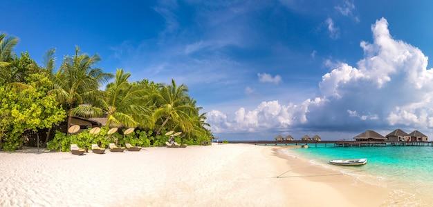 Wodne bungalowy na tropikalnej wyspie na malediwach