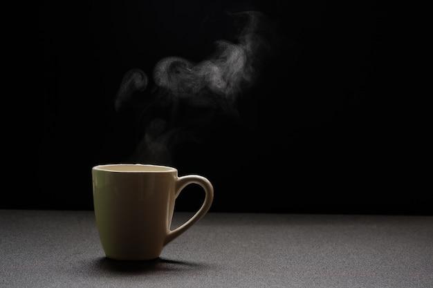 Wodny gorący na drewnianym stole, napój kontrpara i kopii przestrzeń, selekcyjna ostrość. koncepcja ciepłego napoju