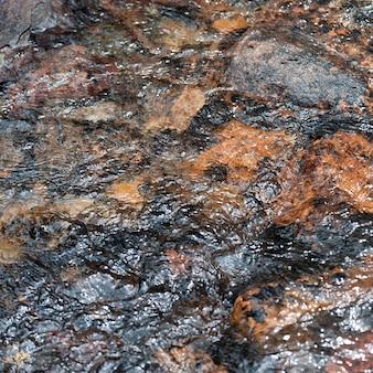 Wodny spływanie nad skałami, jaspisowy park narodowy, alberta, kanada