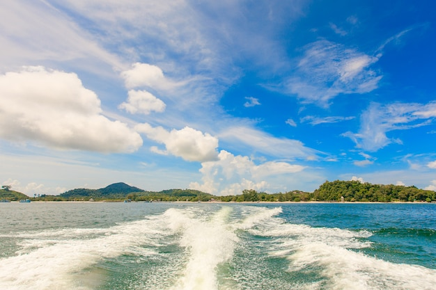 Wodny strumień po prędkości łodzi w tropikalnym oceanie