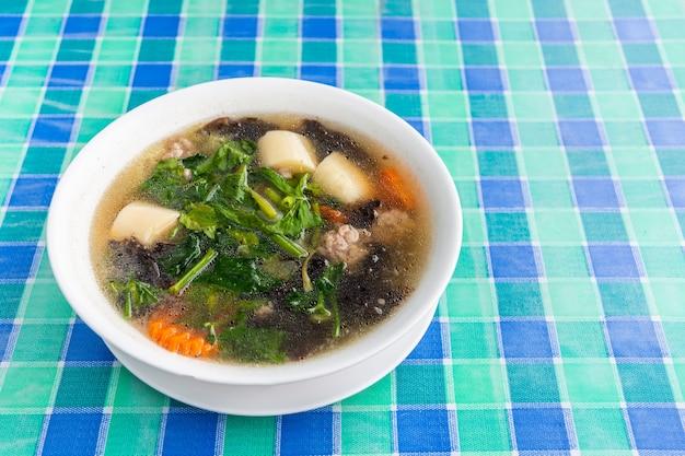 Wodorosty tofu i mielona wieprzowina z klarowną zupą tajskie lokalne jedzenie, widok z góry
