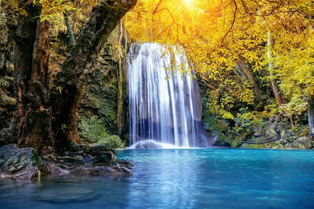 Wodospad erawan jesienią, tajlandia. piękny wodospad ze szmaragdowym basenem w przyrodzie.