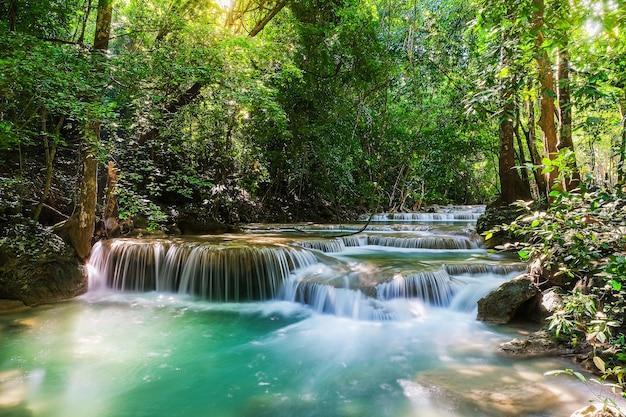 Wodospad erawan poziom 0 w parku narodowym w tajlandii