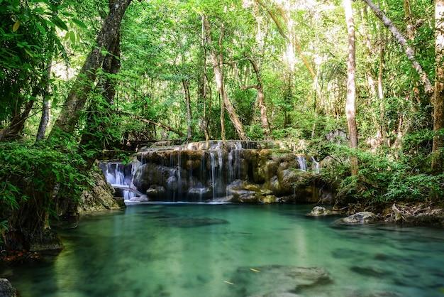 Wodospad erawan w prowincji kanchanaburi w tajlandii