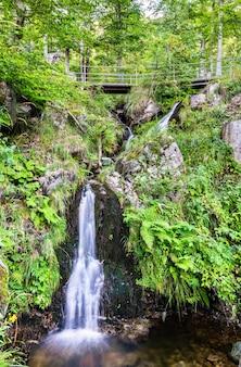 Wodospad fahlera w schwarzwaldzie, niemcy