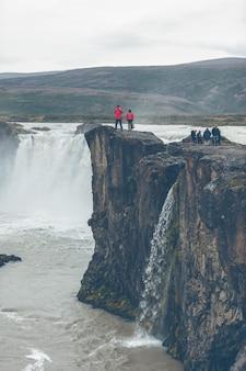 Wodospad godafoss na islandii przy pochmurnej pogodzie. strzał poziomy