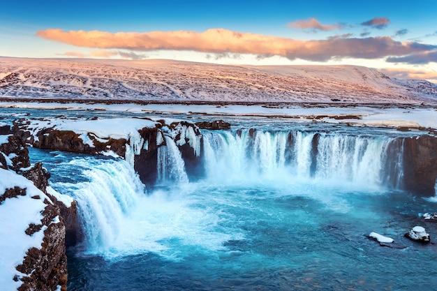 Wodospad godafoss o zachodzie słońca w zimie, islandia.