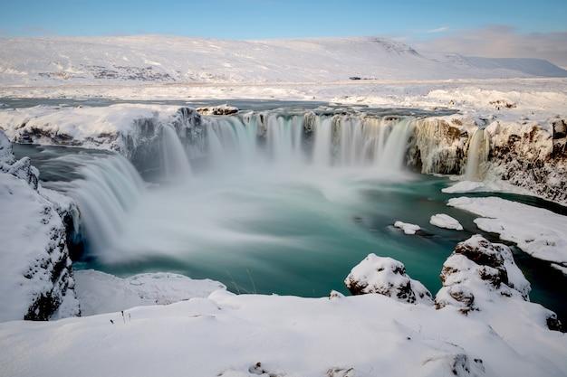 Wodospad godafoss w zimie pokryty śniegiem na islandii