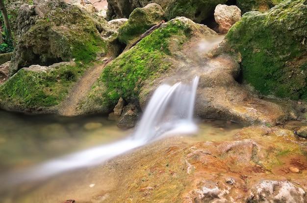 Wodospad. górska rzeka. strumień wody w terenie leśnym i górskim.