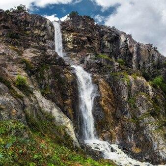 Wodospad górski z rzeki ushba glasier georgia svaneti