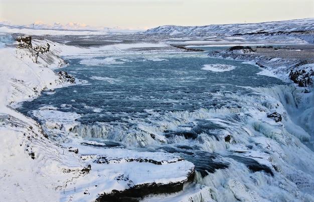 Wodospad gullfoss na islandii, europa otoczony lodem i śniegiem