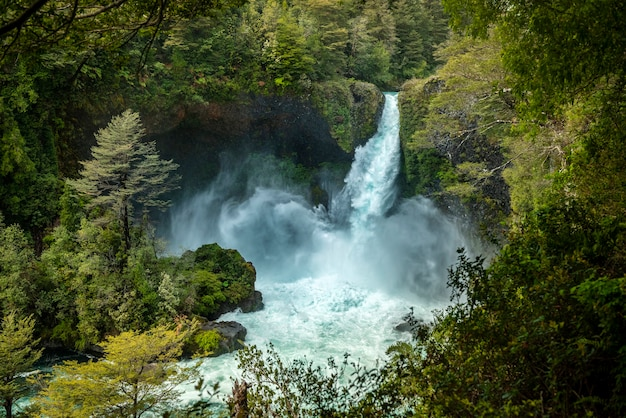 Wodospad huilo huilo pangulipulli prowincja valdivia los lagos chile patagonia