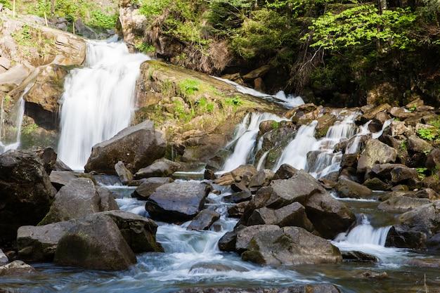 Wodospad kameneckkiy w karpatach, ukraina