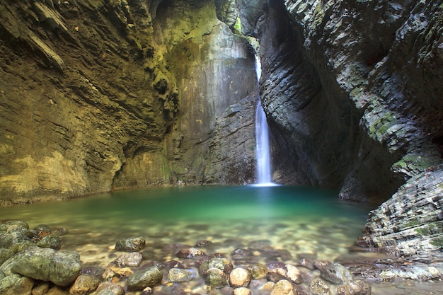 Wodospad kozjak, kobarid, alpy julijskie w słowenii