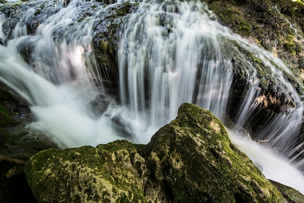 Wodospad krajobraz w górach, wolne czasy migawki.