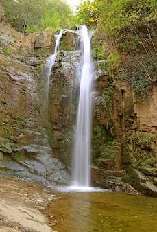 Wodospad leghvtakhevi w starej dzielnicy tbilisi w gruzji