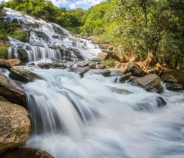 Wodospad mae ya w parku narodowym doi inthanon