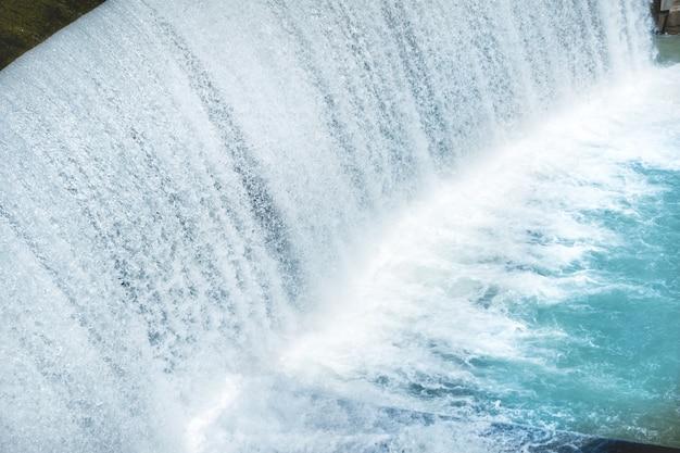 Wodospad na dużej tamie. kaskada na rzece segre w hiszpanii