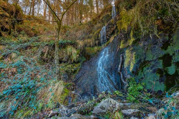 Wodospad na górze aiako harria, guipuzcoa. kraj basków
