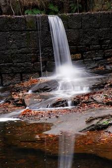 Wodospad na rzece baias położony w parku przyrody gorbeia. kraj basków. hiszpania
