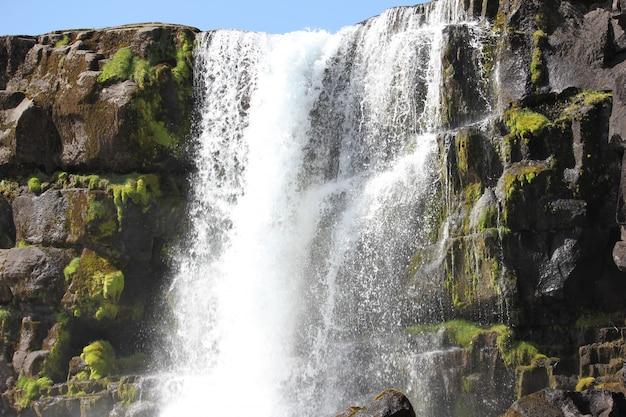 Wodospad na skałach objętych mchem