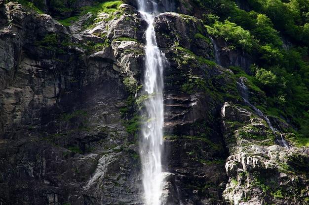Wodospad na sognefjord, norwegia