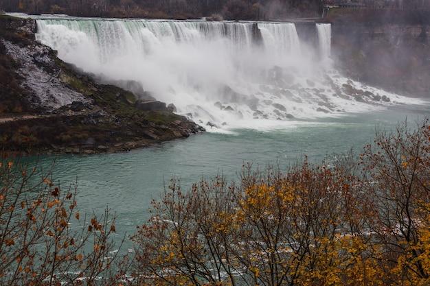 Wodospad niagara w sezonie jesiennym