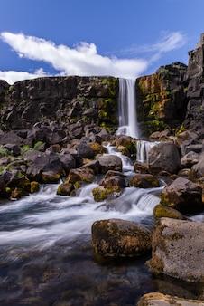 Wodospad öxarárfoss na islandii w okresie letnim