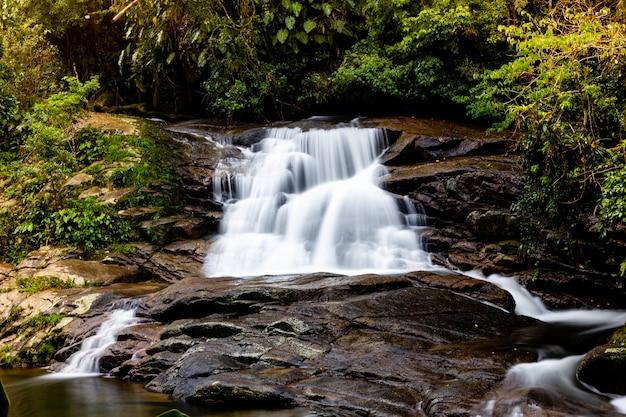 Wodospad pedra branca, paraty, rio de janeiro, brazylia.