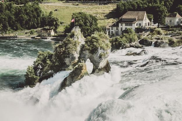 Wodospad renu to największy wodospad w europie w schaffhausen w szwajcarii. letni dzień ze słońcem. widok z zamku laufen