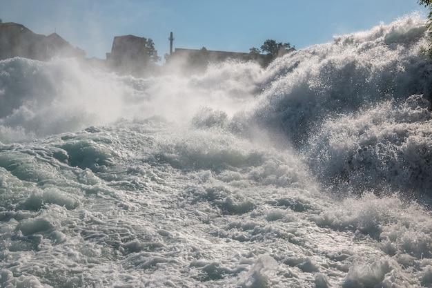Wodospad renu to największy wodospad w europie w schaffhausen w szwajcarii. letni dzień ze słońcem