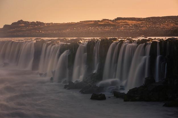 Wodospad selfoss w północnej islandii.