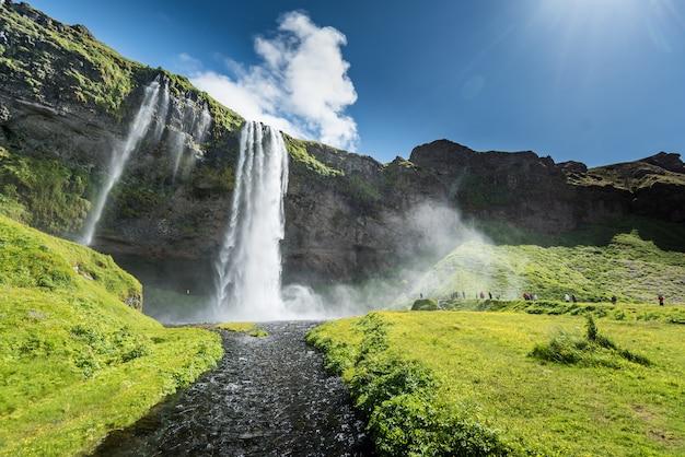 Wodospad seljalandsfoss na islandii w lecie