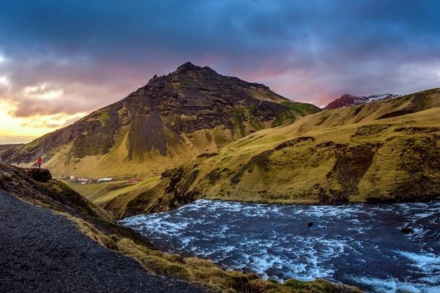 Wodospad skogafoss i krajobraz w islandii.