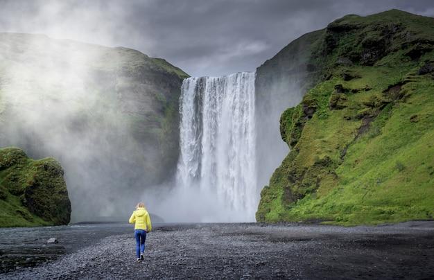 Wodospad skogafoss na islandii w lecie.