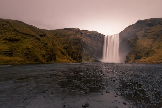 Wodospad skógafoss w południowej islandii.
