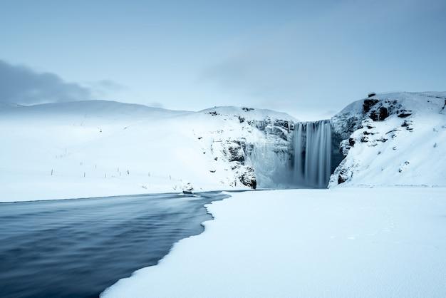 Wodospad skogafoss w zimie, islandia